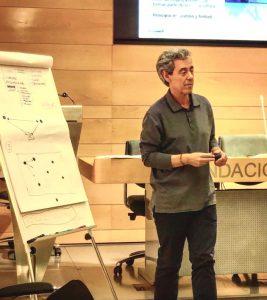 Luis Dorrego dando una conferencia